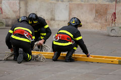 Strażacy z drabiną dosięgać górne piętra budowa Zdjęcia Stock