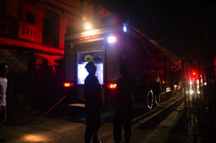 Strażacy z samochodem strażackim iść pożarniczy hydrant przy domem byli dalej Fotografia Royalty Free