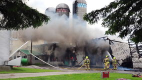 Strażacy zwalczają silosu ogienia zbiory