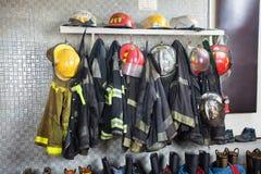 Strażaków mundury Układający Przy posterunkiem straży pożarnej obraz stock