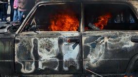 Strażak jednostka straży pożarnej wydaje pianę na płonącym samochodzie podczas świderu zdjęcie wideo