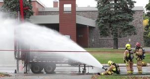 Strażak kiści woda na benzynowym przecieku zbiory wideo