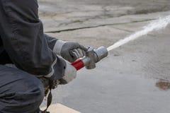 Strażak kiści woda podczas ćwiczenia szkoleniowego fotografia royalty free
