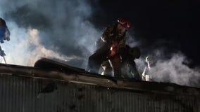 Strażak na dachu zbiory wideo