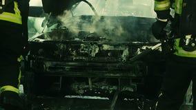 Strażak próby gasić ogienia zbiory
