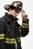 Strażak przechyla jego kapelusz zdjęcia stock