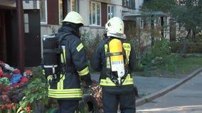 Strażak ubierający w mundurze i masce tlenowej Ogień w budynku mieszkaniowym zbiory