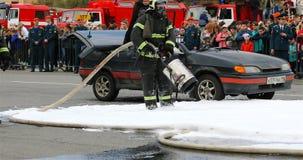 Strażak w masce weryfikuje że instalacyjny pożarniczy BLIZZARD-5 zbiory wideo