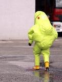 Strażak z żółtym ochronnym kostiumem fotografia royalty free