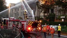 Strażak załoga zwalcza kompleksu apartamentów ogienia zbiory wideo