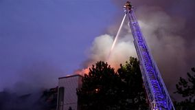 Strażak załoga zwalcza kompleksu apartamentów ogienia przy nocą zbiory