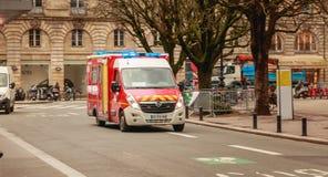 Strażaka jeżdżenia ambulansowy post na ulicie fotografia stock