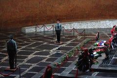 Strażnicy honor sławnym wojennym pomnikiem Wiecznie Obrazy Royalty Free