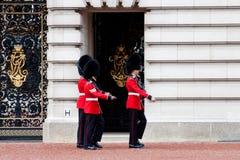 Strażnicy na zewnątrz Pałac Buckingham, Londyn Zdjęcia Royalty Free