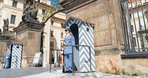 Strażnicy ochrania Praga kasztel Sierpień 29 stoją przy uwagą, 20 Obrazy Stock