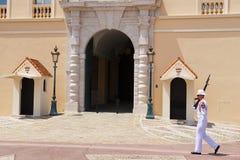 Strażnik na obowiązku przy oficjalną rezydencją książe Monaco w Monte, Carlo -, Monaco Fotografia Stock