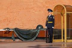Strażnik Prezydencki pułk Rosja blisko grobowa Niewiadomy żołnierz Zdjęcie Royalty Free