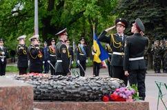 Strażnik stoi blisko Wiecznie płomienia podczas odświętności zwycięstwa dnia zaszczyt, Odessa, Ukraina Obraz Royalty Free