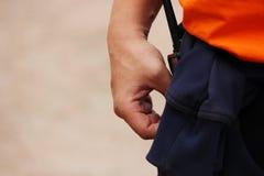 strażnik z talkie na jego pasku podczas wakacje w ulicie obrazy stock