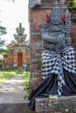 Strażowa statua w sprawdzać sarongach blisko Hinduskiej świątyni, Buruan, Bali, Indonezja obraz stock