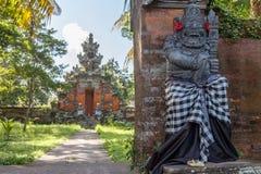 Strażowa statua w sprawdzać sarongach blisko Hinduskiej świątyni, Buruan, Bali, Indonezja fotografia stock