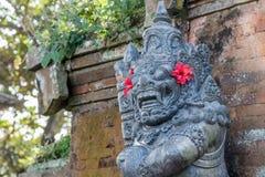Strażowa statua w sprawdzać sarongach blisko Hinduskiej świątyni, Buruan, Bali, Indonezja zdjęcia royalty free