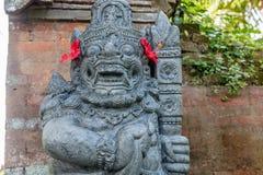 Strażowa statua w sprawdzać sarongach blisko Hinduskiej świątyni, Buruan, Bali, Indonezja obrazy royalty free