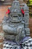 Strażowa statua w sprawdzać sarongach blisko Hinduskiej świątyni, Buruan, Bali, Indonezja zdjęcie stock