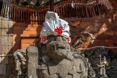 Strażowa statua w udong blisko balijczyk Hinduskiej świątyni, Buruan, Bali, Indonezja obraz stock