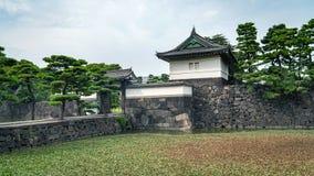 Strażowy wierza przy Cesarskim pałac w Tokio z budynkami Otematchi, Tokio, Japonia obraz stock