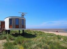 Straży wybrzeżej stacja w Fleetwood z radarowymi antennae z rażącymi zakrywać diunami prowadzi plaża na lato dniu w brygu obraz stock