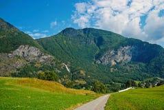Stra?e in den Bergen in Flam, Norwegen Landstra?e auf Berglandschaft Sch?nheit der Natur Wandern und Kampieren Sommerreise stockfoto