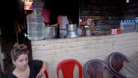 Stra?enlebensmittel in Indien stock video footage