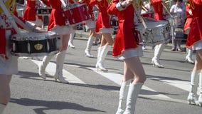 Stra?enleistung anl?sslich des Feiertags Schlagzeuger der jungen Mädchen im Rot an der Parade stock video