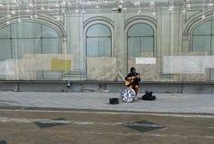 Stra?enmusiker spielt die Gitarre lizenzfreie stockfotografie