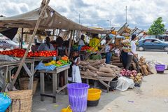 Stra?enrandnahrungsmittel Lagos Nigeria; behelfsm??iger Stra?enrandstall lizenzfreie stockfotos