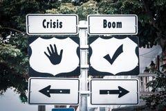 Stra?enschild-Boom gegen Krise lizenzfreie stockbilder