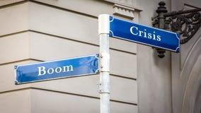 Stra?enschild-Boom gegen Krise lizenzfreie stockfotos