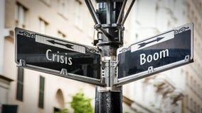 Stra?enschild-Boom gegen Krise stockfoto