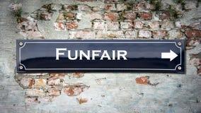 Stra?enschild zum Funfair stockfotografie