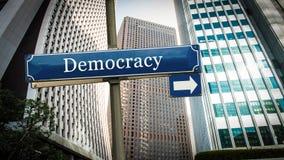Stra?enschild zur Demokratie lizenzfreie stockfotografie