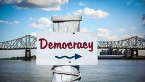 Stra?enschild zur Demokratie lizenzfreie stockfotos