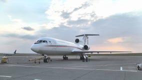 Straal jak-46d tribunes bij de luchthaven op het tarmac stock footage