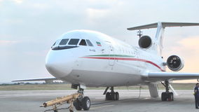 Straal jak-46d tribunes bij de luchthaven op het tarmac stock video