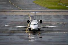Straal lijnvliegtuig op baan royalty-vrije stock afbeeldingen