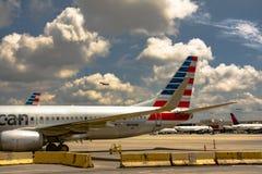 Straal op tarmac met vliegtuig het opstijgen Stock Foto's