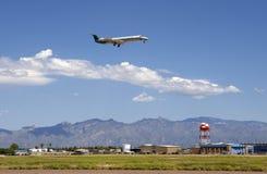 Het straal landen bij de Internationale Luchthaven van Tucson stock afbeeldingen