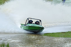 Straalbootmotorboot die volledige hoge snelheid rent rond strakke hoek Stock Afbeeldingen