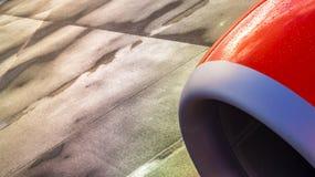 Straalmotor van een vliegtuig met nat tarmac als achtergrond royalty-vrije stock foto's