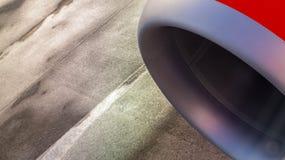 Straalmotor van een vliegtuig met nat tarmac als achtergrond stock afbeelding